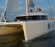Katamaran Isara 45 chartern in Tourlos Marina